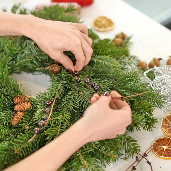 Klassieke_kerstkrans_krans_maken_workshop_bloembinden_groningen_zwolle_t_urbanheart